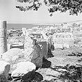 Byblos met op de voorgrond ruïnes, op de achtergrond de Middellandse Zee en het , Bestanddeelnr 255-6372.jpg