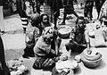 COLLECTIE TROPENMUSEUM Bororo vrouwen verhandelen hun veeteelt produkten op de markt van Garoua Boulai TMnr 20012979.jpg
