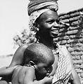 COLLECTIE TROPENMUSEUM Een Fulani vrouw met kind aan de borst TMnr 20010211.jpg
