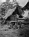 COLLECTIE TROPENMUSEUM Karo Batak bevolking bij een weeftoestel en een rijstschuur TMnr 60011127.jpg