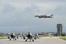 Due AMX italiani sorvolano quattro F-16 polacchi pronti al decollo dalla base di Trapani durante l'esercitazione Trident