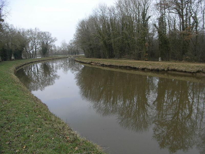Le canal de Nantes à Brest en Loire-Atlantique (44), avec borne kilométrique 37 et parallèle à la rivière Isac.