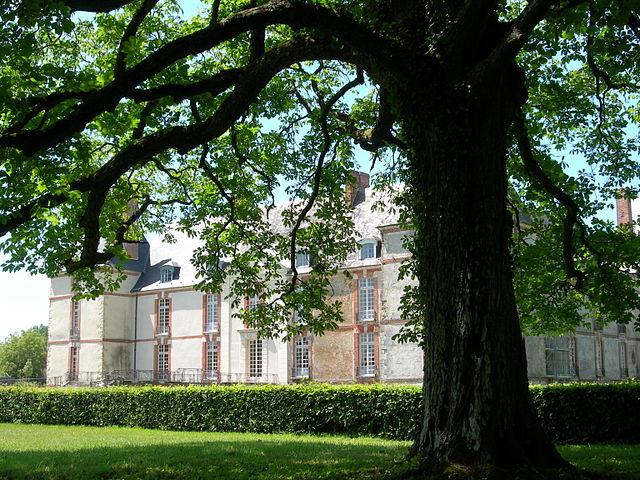 Ревейон: усадьба Мадам Лемер, где Пруст провёл лето 1894 года и месяц в 1895 году, описываемая в «Жан Сантёй» и у Мадам Вердюрен во «В поисках утраченного времени»