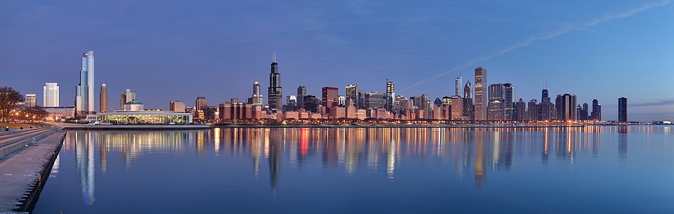 De skyline van Chicago. In het midden van de foto is de Willis Tower te zien. Daarvoor staat Chicago Board of Trade Building met zijn piramidaal dak. Net links van de Willis Tower is 311 South Wacker Drive te zien. Rechts in het midden is op de voorgrond het rechthoekige Aon Center te zien, met daarvan links van Two Prudential Plaza en Trump International Hotel and Tower. Geheel links is One Museum Park te zien, uiterst rechts Lake Point Tower met beneden rechts Navy Pier