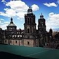 Cielo azul sobre catedral.jpg