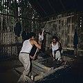 Collectie NMvWereldculturen, TM-20026563, Dia- 'Smid aan het werk, Bukittinggi', fotograaf Boy Lawson, 1971.jpg