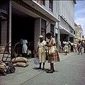 Collectie Nationaal Museum van Wereldculturen TM-20029958 Winkelstraat Willemstad Boy Lawson (Fotograaf).jpg