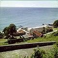 Collectie Nationaal Museum van Wereldculturen TM-20030065 Gezicht op de oude pakhuizen en resten van de pier, gezien vanaf Fort Oranje Sint Eustatius Boy Lawson (Fotograaf).jpg