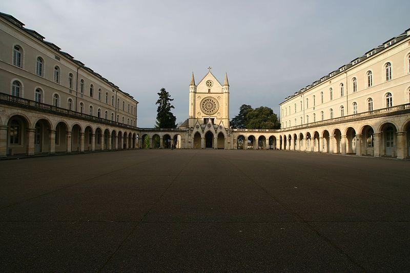 Fichier:Cour Lycée Jacques Cœur.jpg