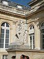 Cour d'honneur statue 2 Palais Bourbon.jpg