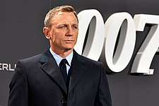 "Daniel Craig - Film Premiere ""Spectre"" 007 - on the Red Carpet in Berlin (22387409720).jpg"