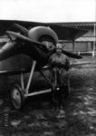 De Romanet, aviateur, en pied, près de son Spad - (photographie de presse) - Agence Meurisse.png