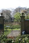 foto van Kasteel Duivenvoorde: Hek in de noordelijke tuinmuur van de Leidse tuin