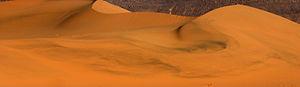 Les traces de sable noir dans les dunes de la Tadrart