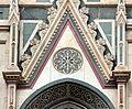 Duomo di firenze, medaglioni intarsiati in marmi policromi nei timpani delle finestre sui fianchi 01.JPG