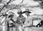 ETH-BIB-Baron Rothschild im Gespräch-Kilimanjaroflug 1929-30-LBS MH02-07-0304.tif