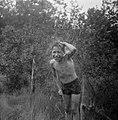 Een jongen wordt natgespoten, Bestanddeelnr 191-1123.jpg
