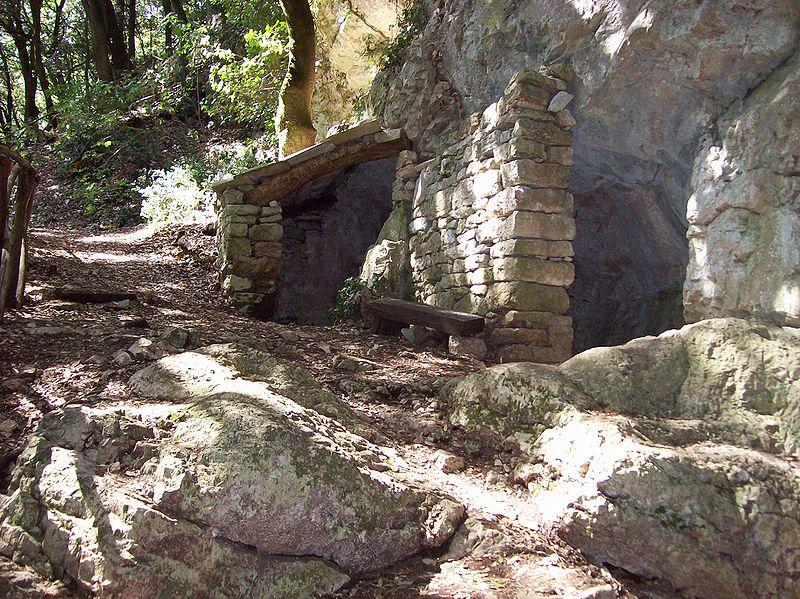 Eremo delle carceri grotta Silvestro.jpg