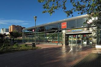 Universidad Rey Juan Carlos (Madrid Metro) - Image: Estación de Universidad Rey Juan Carlos, acceso Av. Alcalde de Móstoles