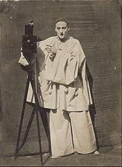 Pierrot photographe dit aussi Le Mime Deburau avec un appareil photographique