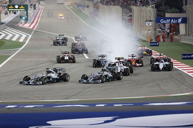 Start Grand Prix Bahrajnu w 2014 roku | fot. Habeed Hameed - Wikimedia Commons - https://commons.wikimedia.org/wiki/File:First_lap_2014_Bahrain_Grand_Prix_(3).jpg