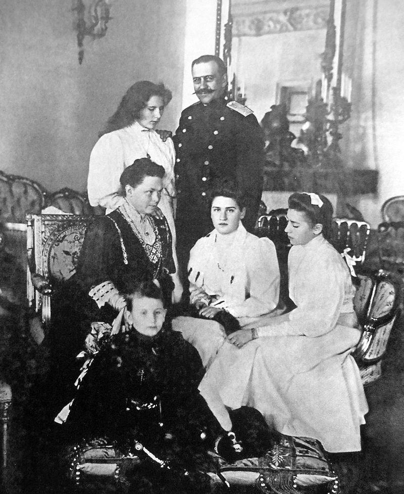 Георг Александр Мекленбург-Стрелиц с женой и children.jpg