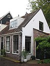 foto van Linkerhelft van eenvoudig woonhuisje met lijstgevel