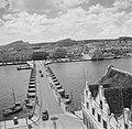 Gezicht op de Emmabrug, een pontonbrug over de Sint Annabaai in Willemstad op Cu, Bestanddeelnr 252-7299.jpg