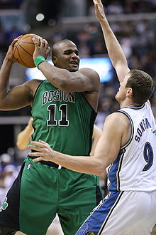 Le joueur des Celtics de Boston Glen Davis (n°11) protégant le ballon de basket-ball du défenseur des Wizards de Washington Darius Songaila (n°9)