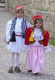 Niños griegos luciendo trajes típicos del país.