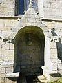 Guerlesquin 46 La fontaine au pied de la chapelle Saint-Trémeur.jpg