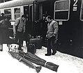 HUA-168183-Afbeelding van wintersporters tijdens het uitstappen uit de Bergland Expres Den Haag Innsbruck .jpg