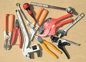ハンドツール 工具(こうぐ)とは、工作に用いる道具である。機械加工に用... 工具