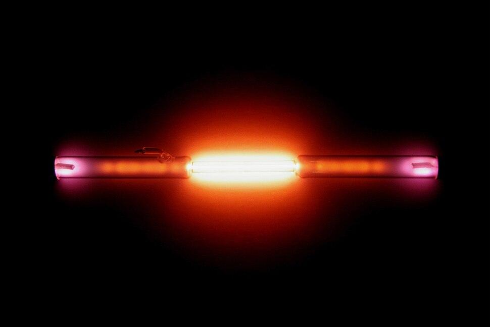 Helium discharge tube