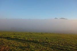 Hmla, vrcholky vysokotatranských štítov vyčnievajúce z rannej hmly 001.jpg