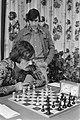 Hoogovenschaaktoernooi (vierde ronde) Ljubojevic kijkt bij Browne, Bestanddeelnr 928-3711.jpg
