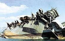 Ci-contre : Le porte-avions Amagi (1944) photographié à Kure en 1946. Il avait été envoyé par le fond lors du raid de juillet 1945.
