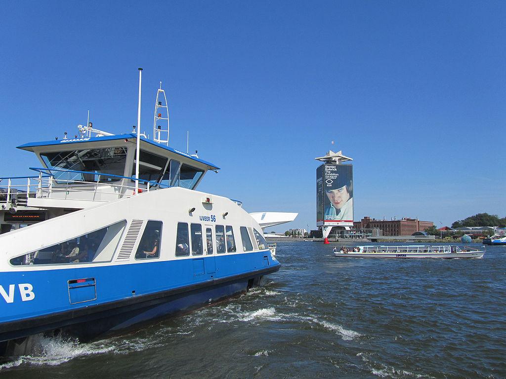 Ferry à Amsterdam rejoignant le nord de la ville. Photo de Jvhertum