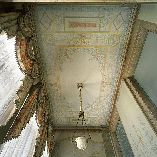 File interieur overzicht van de het plafond met lamp in for Corps interieur
