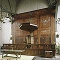 Interieur, overzicht van de preekstoel, staat voor de beschilderde, houten scheidingswand die het schip van het koor scheidt - Beets - 20388555 - RCE.jpg