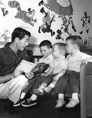 Carson reading a story to his three sons in 1955: From left: Chris, Cory, and Richard (Ricky) Johnny Carson and sons 1955.JPG