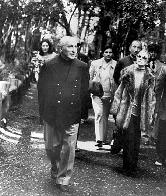 José López Rega mentre passeggia con Isabelita Perón