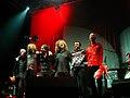 Justin Adams avec Robert Plant à Rennes en novembre 2005..jpg