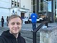 Keio Soomelti autoportree meeleavalduse taustal.jpg