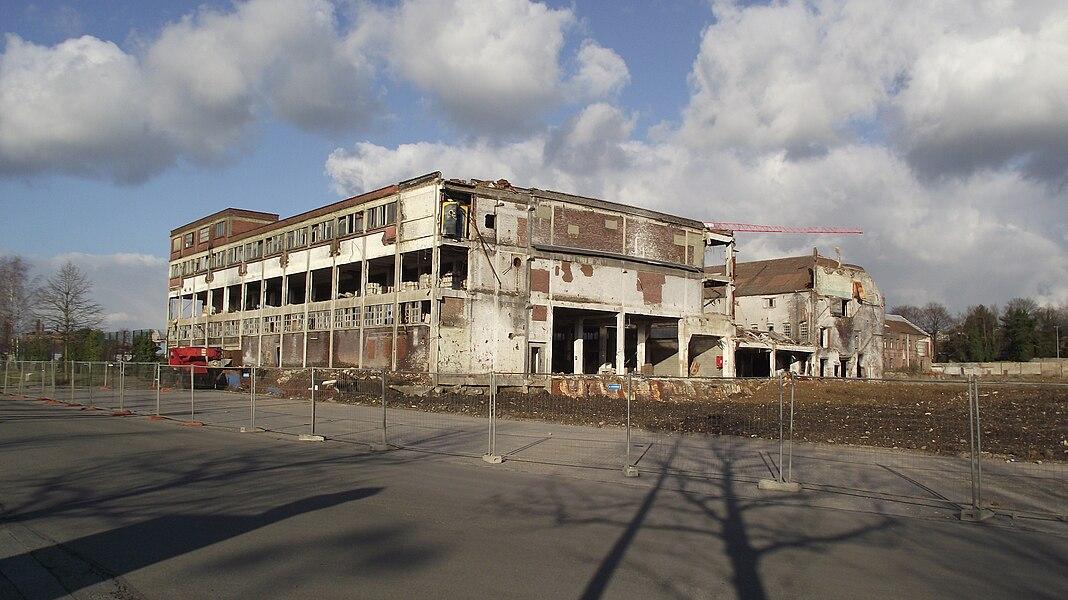 Naast het station wordt de oude fabriekshal gesloopt