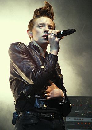 La Roux - La Roux's Elly Jackson performing at Piccadilly Gardens in 2010