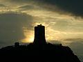 La Torre Aragonese che emerge dalla luce.jpg