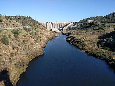 La presa de Alcántara desde el puente romano.jpg