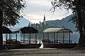 Lago di Bled - Barche a remi per andare al Santuario - panoramio.jpg
