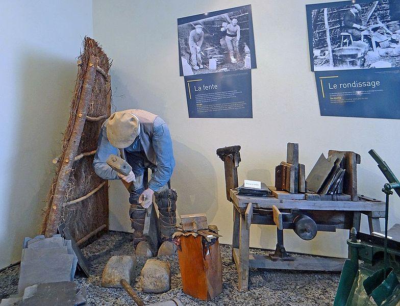 Le musée de l'ardoise, qui dispose du label musée de France,  est installé sur un ancien site minier appelé: site de l'Union – Petit Pré  qui s'étend sur 3 hectares.   Il dispose d'une maison datant du XVIè siècle appelée maison de l'Union où se trouvent la billetterie et la boutique, d'une aire de démonstration à proximité d'une ancienne carrière d'ardoise (aujourd'hui remplie d'eau), de sentiers pédestres de découverte des carrières, d'un espace muséographique situé dans le centre culturel voisin, lui-même installé dans une ancienne manufacture d'allumettes.  L'ensemble est géré par l'association des Amis de l'ardoise créée en 1979.   Le musée de l'ardoise (Trélazé) www.lemuseedelardoise.fr/